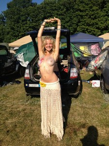 I wish all modern-day hippie chicks would be this hot.
